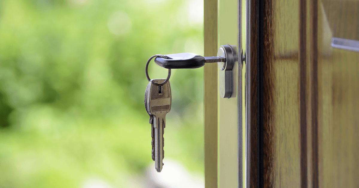 Nøkkel i åpen dør med grønn bakgrunn