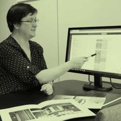Arkitekt Sandmark viser informasjon på pc