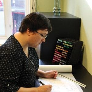 Arkitekt Marianne Sandmark sitter foran en pc og jobber med render i Lumion