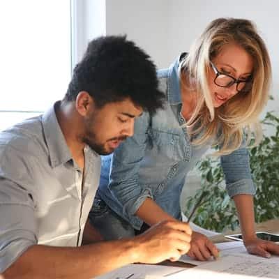 Arkitekt som hjelper en kunde